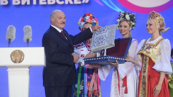 Лукашэнка атрымлівае падарунак - Sputnik Беларусь