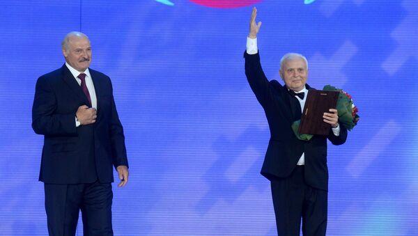 Александр Лукашенко вручил премию Союзного государства в области литературы и искусства Валентину Елизарьеву - Sputnik Беларусь