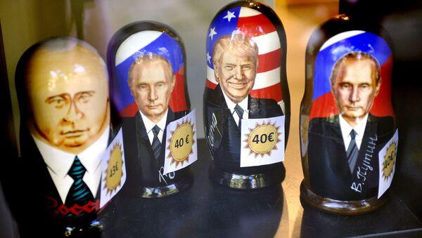 Матрешки с изображением президентов РФ и США Владимира Путина и Дональда Трампа - Sputnik Беларусь