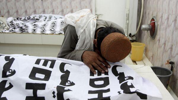 Мужчина оплакивает жертв теракта в Пакистане - Sputnik Беларусь