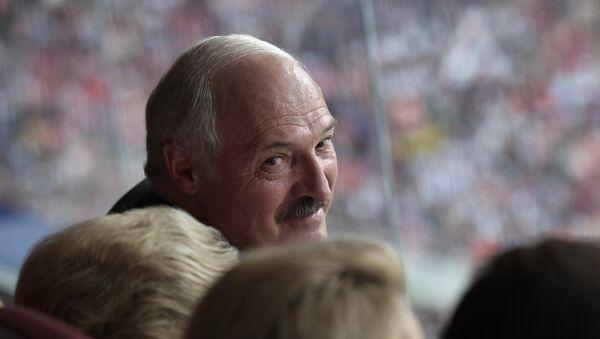 Президент Беларуси Александр Лукашенко на зрительской трибуне во время финального матча чемпионата мира по футболу между сборными Франции и Хорватии - Sputnik Беларусь