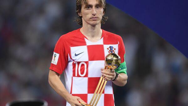Лука Модрич (Хорватия) с призом лучшему игроку чемпионата мира на церемонии награждения - Sputnik Беларусь