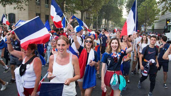 В Париже празднуют победу сборной Франции на ЧМ-2018 по футболу - Sputnik Беларусь