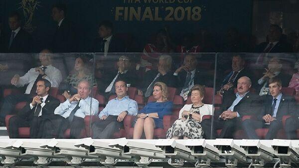 Президент Беларуси Александр Лукашенко с сыном Николаем смотрит финал Чемпионата мира по футболу - Sputnik Беларусь