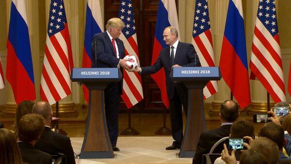 Путин подарил Трампу футбольный мяч ЧМ-2018 - Sputnik Беларусь