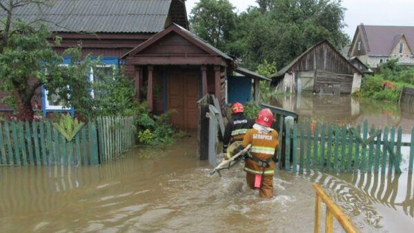 Сотрудники МЧС ликвидируют последствия ливня в Могилеве - Sputnik Беларусь