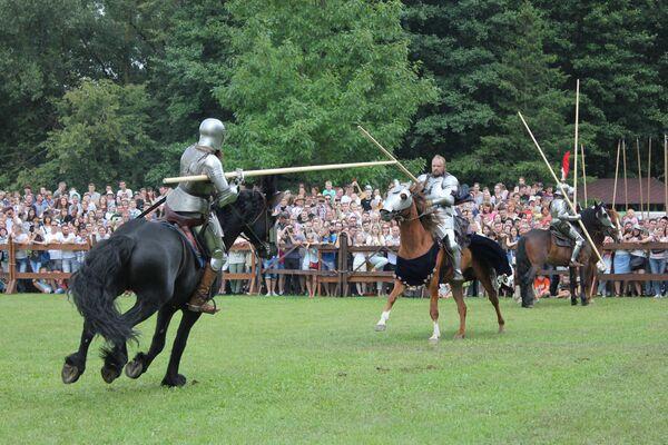 Рыцары размінаюцца перад маштабнай рэканструкцыяй бітвы. - Sputnik Беларусь