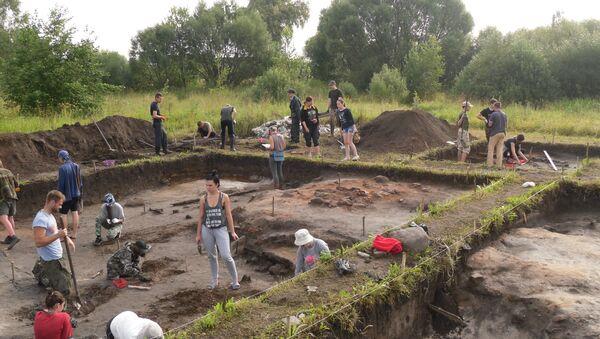 Студэнты гістарычнага факультэта БДУ падчас археалагічнай практыкі - Sputnik Беларусь