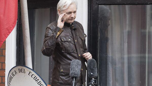 Сооснователь WikiLeaks Джулиан Ассанж на балконе здания посольства Эквадора - Sputnik Беларусь