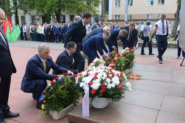 На ўрачыстай частцы святкавання гарадскія ўлады ўсклалі кветкі да помніка - Sputnik Беларусь
