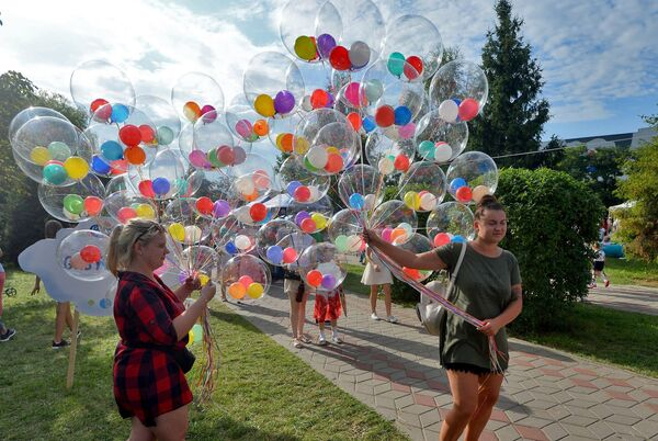 Затым святкаванні разгарнуліся ў розных лакацыях горада над Бугам - Sputnik Беларусь