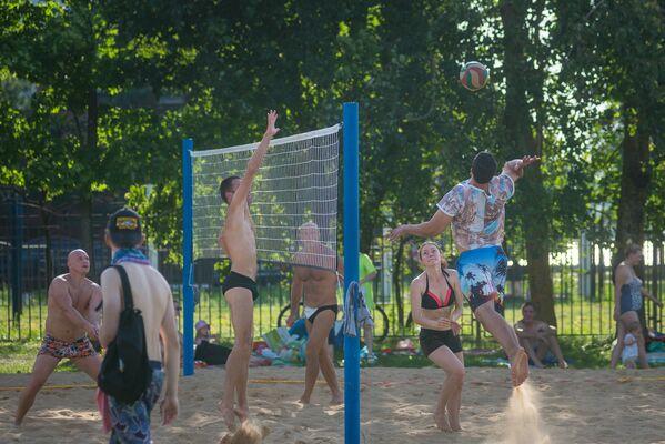Тут нацягнута сетка для валейболу, шмат шэзлонгаў, вялікая дзіцячая пляцоўка. - Sputnik Беларусь