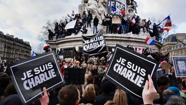Табличка с надписью: Шарли - это я. Толпы собрались на площади республики в Париже - Sputnik Беларусь