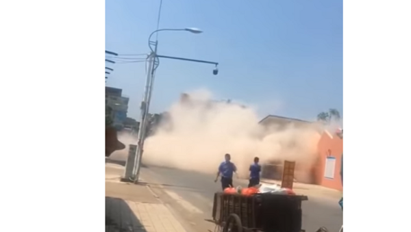 Многоэтажный дом рухнул на экскаватор в Китае – водитель выжил - Sputnik Беларусь
