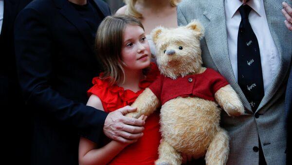 Актриса Бронте Кармайкл с Винни-Пухом на премьере фильма Кристофер Робин - Sputnik Беларусь