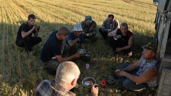 Водители и механизаторы обедают в перерыве, архивное фото - Sputnik Беларусь