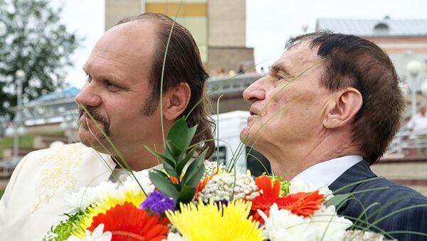 Художественный руководитель Песняров Вячеслав Шарапов и композитор Игорь Лученок в 2010 году в Витебске - Sputnik Беларусь