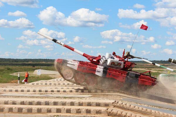 Белорусы в полуфинале выступили на танке красного цвета - Sputnik Беларусь