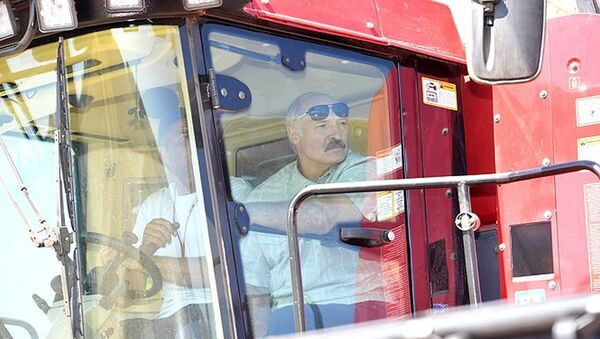 Александр Лукашенко испытал суперкомбайн во время визита в Могилевскую область - Sputnik Беларусь