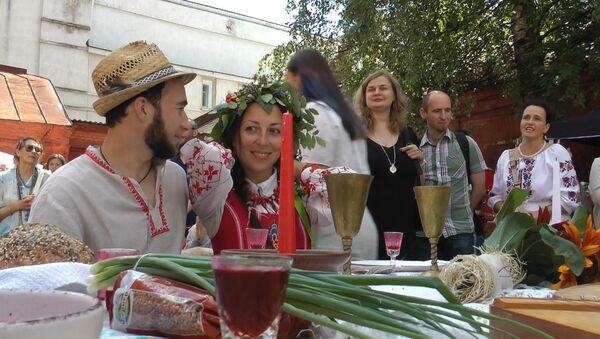 Белорусская национальная свадьба прошла в самом центре Минска - Sputnik Беларусь