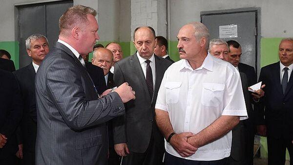 Александр Лукашенко на Оршанском инструментальном заводе - Sputnik Беларусь