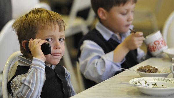 Мінадукацыі прапануе абмежаваць мабільнікі ў школах - Sputnik Беларусь