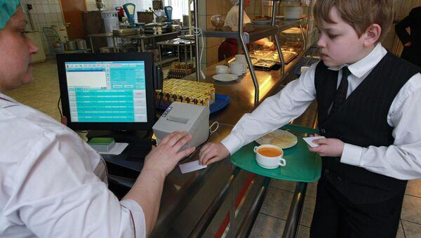 Школьнікі разлічваюцца абеды электроннымі карткамі - Sputnik Беларусь