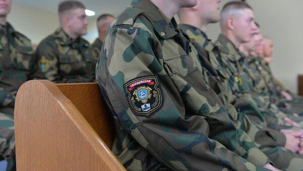 Солдаты, которые проходят потерпевшими по делу солдата-срочника Александра Коржича, в зале суда - Sputnik Беларусь