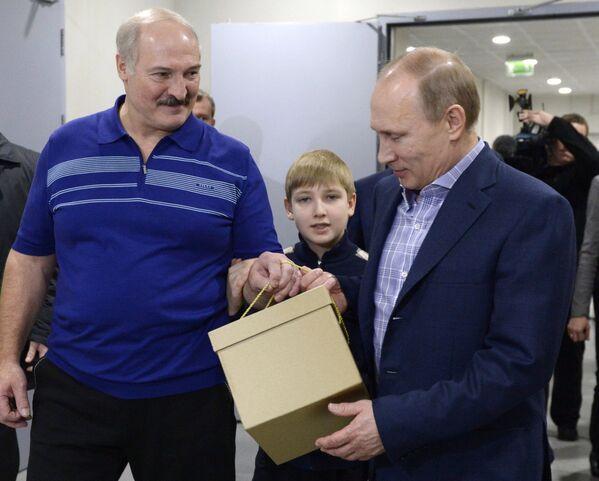 Младший сын президента очень часто принимал и дарил подарки. На фото президент России Владимир Путин принимает подарок из Беларуси.  - Sputnik Беларусь