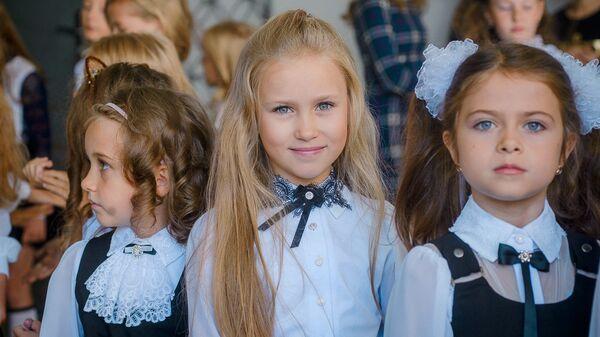 Коллекция школьной одежды для девочек к началу учебного сезона в торговом доме На Немиге - Sputnik Беларусь