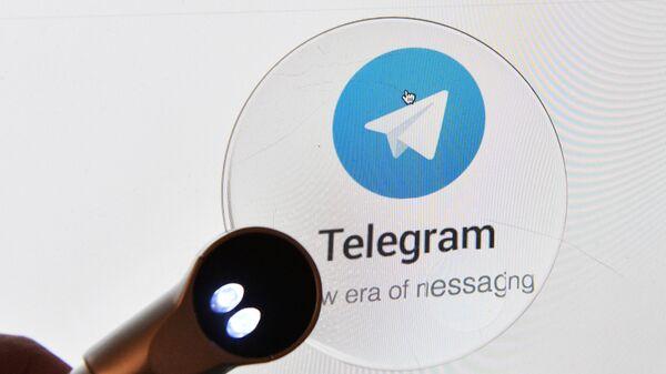 Логотип мессенджера Telegram на экране планшета. - Sputnik Беларусь
