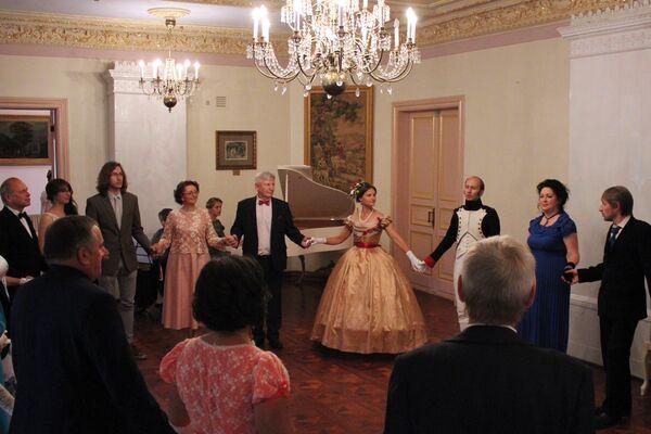 Шмат танцаў XIX стагоддзя разлічаны на тое, што госці мяняюцца партнёрамі і знаёмяцца адзін з адным - Sputnik Беларусь