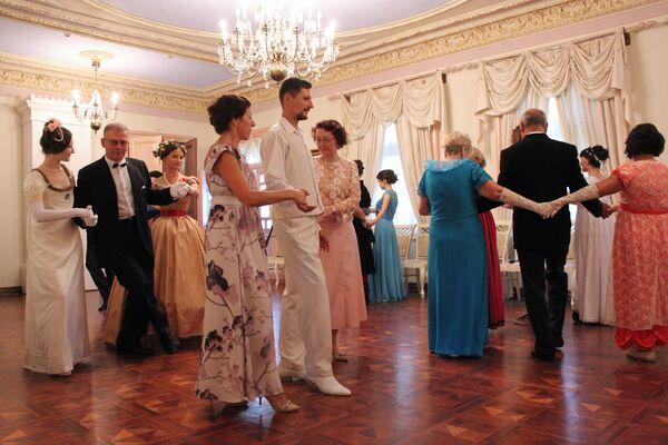 Танцы ў тройках былі вельмі папулярныя ў пазамінулым стагоддзі - тады кавалераў таксама часта на ўсіх не хапала - Sputnik Беларусь
