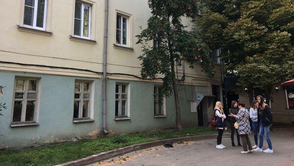 Жильцы дежурят у здания в ожидании представителей властей - Sputnik Беларусь