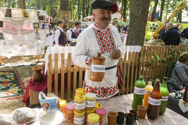 Ёсць на беларускім застоллі месца і традыцыйным напоям - алкагольным і не вельмі. - Sputnik Беларусь