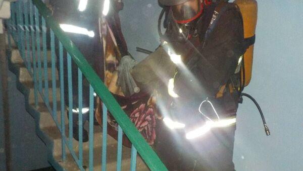 Пожарные выносят пострадавшую - Sputnik Беларусь