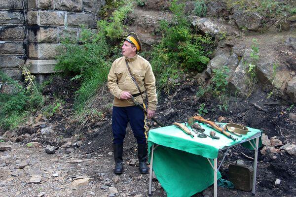 Для туристов местные же казаки демонстрируют предметы быта и оружие прошлого века. Особенно впечатляют арестантские кандалы. - Sputnik Беларусь