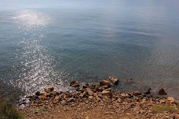 С этой стороны озера все пляжи – каменная галька. За песочком ехать придется на восточный берег. - Sputnik Беларусь