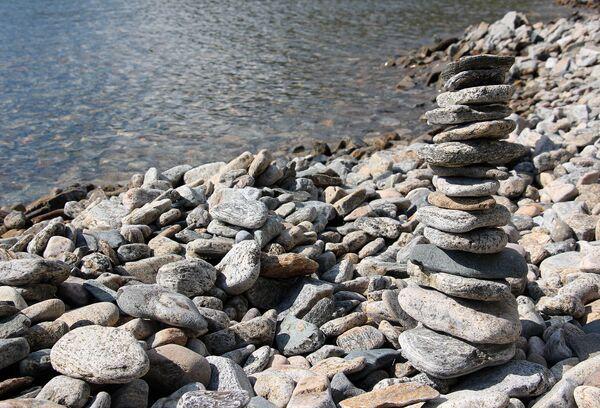 Кто первый из туристов придумал строить такие пирамидки из камней, уже и не вспомнить. Считается, что сложил такую горку – сбылось желание. Для экологов же это теперь целая проблема, ибо наворотили таких горок вдоль берега – немерено… - Sputnik Беларусь