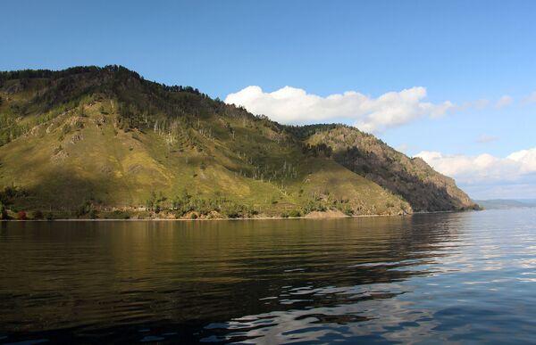 Когда выглядывает солнце и стихает ветер, вода в озере выглядит как зеркало. - Sputnik Беларусь