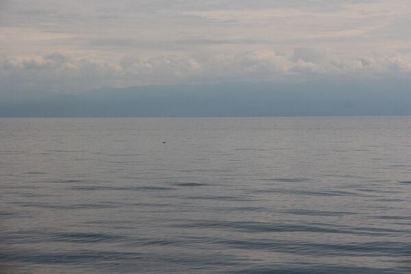 С рулеткой, что называется, никто не ходил, но моряки утверждают, что до того, бурятского, берега в этом месте – 40 километров. Если присмотреться – горы видны. А все чистота воздуха… - Sputnik Беларусь