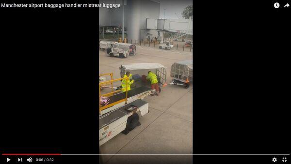 Пассажирка показала на видео, как в аэропорту обращаются с багажом - Sputnik Беларусь