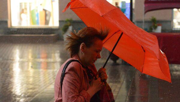Женщина с зонтом во время дождя - Sputnik Беларусь