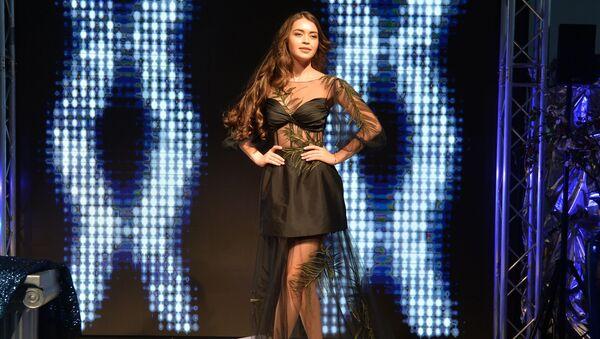 Мария Василевич демонстрирует дизайнерское вечернее платье для номинации Топ-модель, созданное командой Модного дома Papilio - Sputnik Беларусь