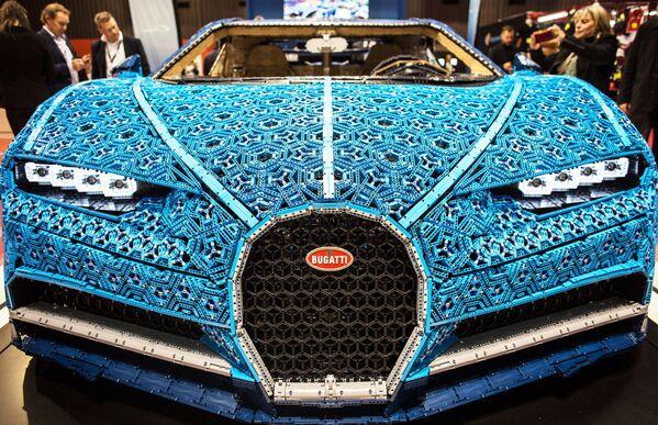 Презентация точной копии модели Bugatti Chiron, выполненной компанией LEGO на открытии международного автосалона Mondial de l'Automobile в Париже - Sputnik Беларусь