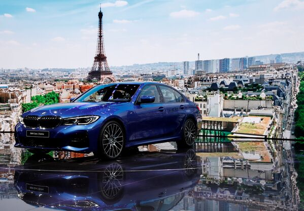 Презентация BMW 3 на открытии международного автосалона Mondial de l'Automobile в Париже - Sputnik Беларусь