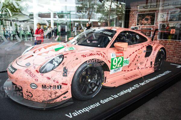 Презентация модели Porsche на открытии международного автосалона Mondial de l'Automobile в Париже - Sputnik Беларусь