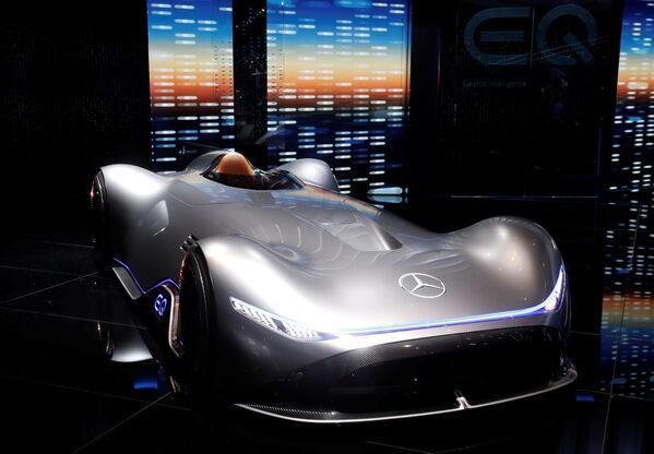 Презентация полностью электрического концепт-кара Vision EQ Silver Arrow немецкого автопроизводителя Mercedes-Benz на открытии международного автосалона Mondial de l'Automobile в Париже - Sputnik Беларусь