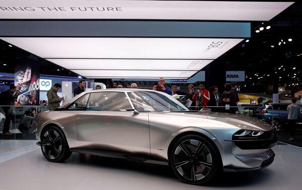 Презентация Peugeot e-Legend на открытии международного автосалона Mondial de l'Automobile в Париже  - Sputnik Беларусь