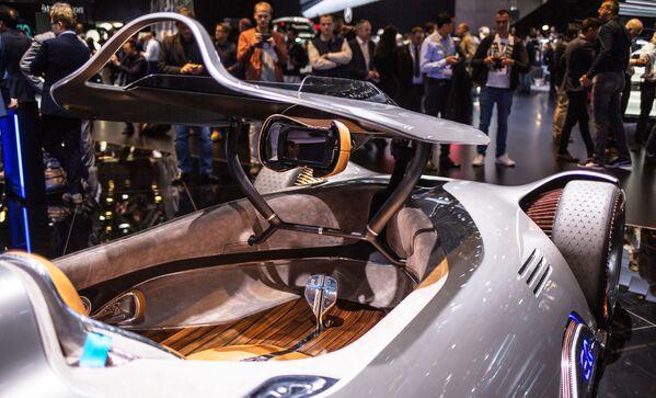 Салон полностью электрического концепт-кара Vision EQ Silver Arrow немецкого автопроизводителя Mercedes-Benz на открытии международного автосалона Mondial de l'Automobile в Париже - Sputnik Беларусь